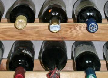 Wein lagert man am besten liegend (Foto: © Grey59, pixelio.de)